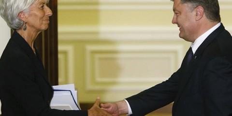 Ukrainian President Petro Poroshenko greets International Monetary Fund (IMF) Managing Director Christine Lagarde after a news conference in Kiev, Ukraine, September 6, 2015. REUTERS/Valentyn Ogirenko - RTX1RD3R