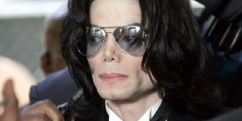 SANTA MARIA, CA - JUNE 13:  Michael Jackson prepares to enter the Santa Barbara County Superior Court to hear the verdict read in his child molestation case June 13, 2005 in Santa Maria, California. After seven days of deliberation the jury has reached a not guilty verdict on all 10 counts in the trial against Michael Jackson. Jackson was charged in a 10-count indictment with molesting a boy, plying him with liquor and conspiring to commit child abduction, false imprisonment and extortion. He pleaded innocent.  (Photo by Kevork Djansezian-Pool/Getty Images)